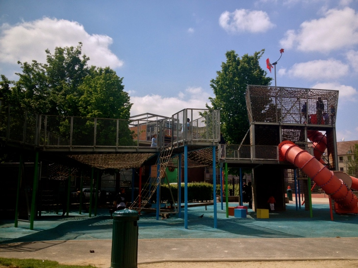 This is Parc Bonnevie, opened in 1996, and was the first social park created by Brussels Environment. It provides the local community in Molenbeek-Saint-Jean neighborhood, an urbanized area lacking green spaces, with a space for relaxation and play.