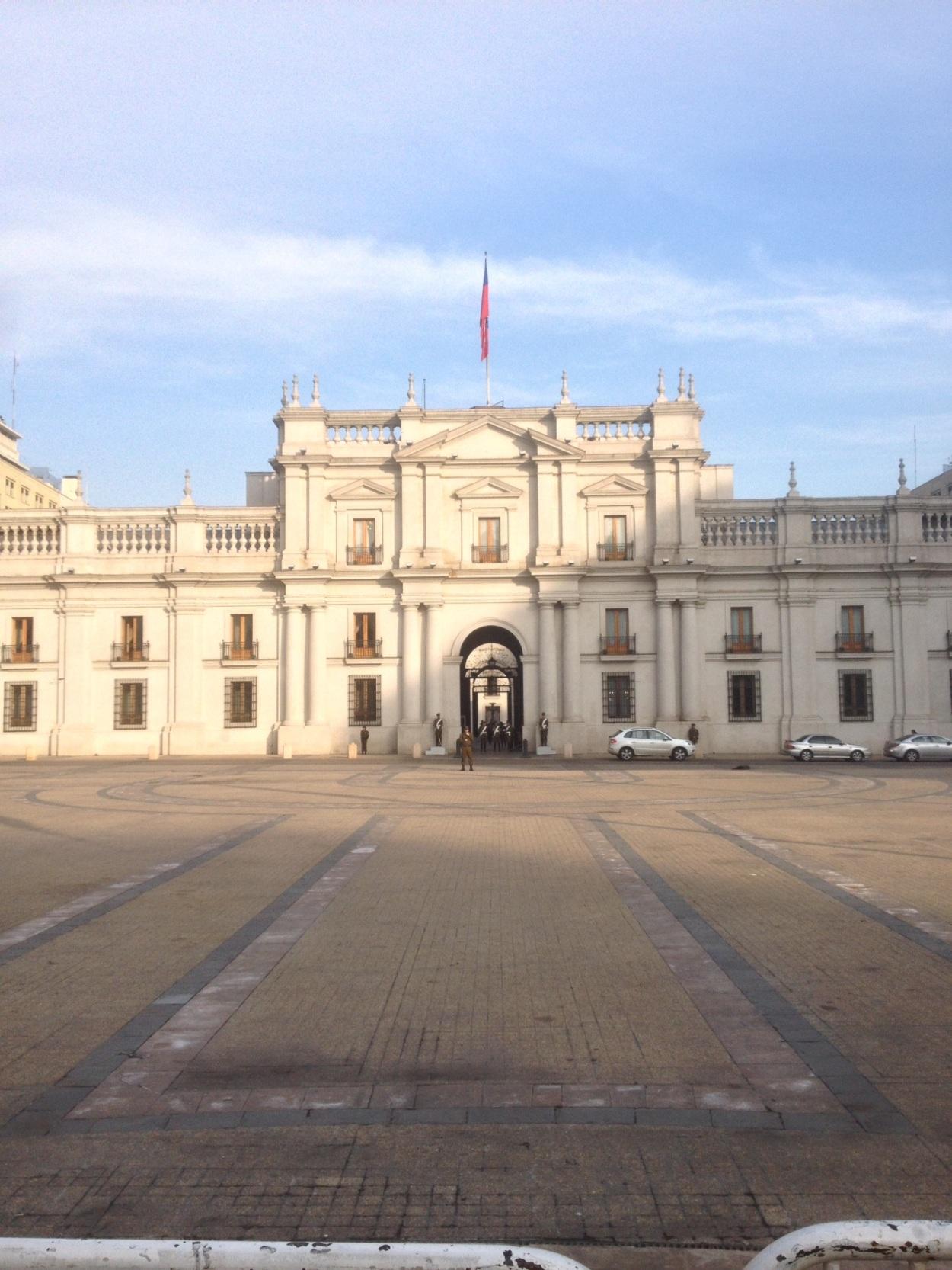 La_Moneda,_Santiago,_Chile,_Miles[1]