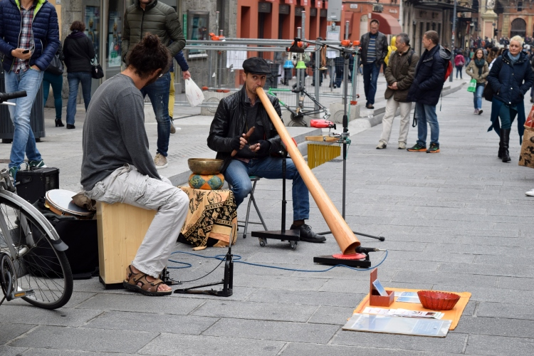 streetperformers_bologna_italy_juliabluearm_photo3
